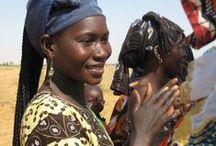 Ibisco un Fiore per l'Africa: L'Erbolario e Green Cross Italia per il Senegal / Grazie di cuore a te e alle centinaia di migliaia di italiane che – con l'acquisto di un prodotto della linea Ibisco, un fiore per l'Africa – hanno contribuito a fianco de L'Erbolario e di Green Cross Italia a rendere fertili 400.000 m2 di terre nel villaggio senegalese di Gouriki Samba Diom! Sostienici anche quest'anno! Con l'acquisto di un singolo prodotto della linea Ibisco, un fiore per l'Africa renderai produttivo 1 dei 200.000 m2 di Bokhol.