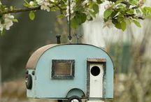 hôtels à insectes, nichoirs et mangeoires / Pour avoir un jardin en bonne santé, pensez à accueillir la faune au jardin. Abris à insectes, nichoirs, mangeoires sont, en plus, très esthétiques !