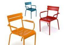 Colección Luxemburgo / Un viaje a los Jardins du Luxembourg de París. Esta colección de sillas fabricadas en metal, a todo color y de líneas elegantes, es ideal para terrazas y exteriores.