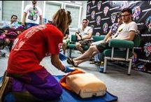 Pierwsza pomoc / To dzięki specjalnie przygotowanym szkoleniom z pierwszej pomocy wg wytycznych AHA (American Heart Association), Pokojowy Patrol doskonale pracuje przy zabezpieczeniu Festiwalu Przystanek Woodstock.  http://www.wosp.org.pl/pierwsza_pomoc