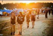 Przystanek Woodstock / Pomysł naszego Festiwalu zainspirowany został amerykańskim Woodstock 1969, jednak głównym impulsem do organizacji koncertu był słynny Woodstock 1994, zorganizowany z okazji 25 rocznicy tamtego wydarzenia. Tam właśnie opiekę nad gośćmi roztaczała armia ludzi w koszulkach z napisem Peace Patrol. Tak to się wszystko zaczęło...