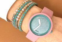 O clock / O clock ti dà la possibilità di creare l'orologio che meglio rispecchia il tuo stile. Con 29 colori di cinturino e 44 casse puoi ottenere oltre 1200 combinazioni diverse!