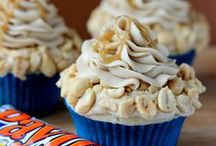 Food - Cakes, Cupcakes & Cookies / by Amanda Toppin