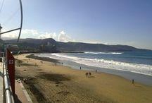 Playa de las Canteras / La Playa de Las Canteras es una enorme extensión de arena rubia situada en el mismo corazón de Las Palmas de Gran Canaria. Con sus más de 3 km de largo, este sitio tan popular entre turistas y residentes de la ciudad está protegido por un arrecife natural conocido como La Barra. Ello permite a los visitantes disfrutar de un baño tranquilo en sus aguas, mientras que los surfistas pueden practicar en el otro extremo.