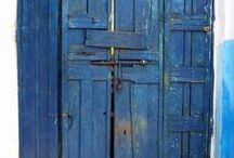 Doors / Doors of a particular character (color, texture, shape...)