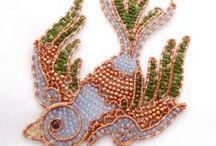 Du métal et des perles / Bijoux créés à partir de métal martelé et de perles