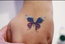 Kosmetické glitry-třpytky, Cosmetic glitter / S pomocí šablony a adhesiva vykouzlíte krásné třpytivé tetování. Také se dají přidat do mýdel, krémů, laků na nehty a místo očních stínů.