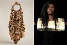 Bijoux contemporains / Les bijoux contemporains sont réalisés avec différentes matières.