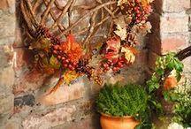 Herbst ☙ / Die ersten Blätter fallen und der Sommer verabschiedet sich. Kein Grund um Trübsal zu blasen. Lassen Sie jetzt kräftige Farben gepaart mit Naturtönen in Ihr Zuhause! Ob Deko-Kranz, Tischläufer oder Windlicht - wer daheim eine herbstliche Atmosphäre möchte, ist hier genau richtig.