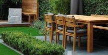 Moderne tuinen / Het leven van binnen naar buiten verplaatsen door stijlen naadloos in elkaar over te laten lopen. Het gebruik van beton, grind, hout, gras, beplanting, ruimte, water zorgen voor een moderne en strakke uitstraling