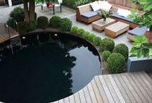 Tuin met zwembad / Tuinen waarbij ruimte is voor een zwembad. Een heerlijk buitenleven waar men geniet van samen eten en drinken.