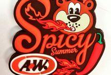 HELLO!ROOTY / 本名:グレートルートベア/Great Root Bear 愛称:ルーティ/Rooty 生まれ:アメリカ デビュー:1974年登場!以来A&Wのマスコットキャラクターとして愛され続けています。