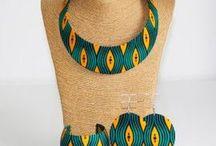 """Parures Wax Bantu - Wax prints sets Bantu / La parure wax """"Bantu"""" est un ensemble de bijoux en wax comprenant: -Un collier wax """"bantu"""" avec une chaîne dorée ou argentée. -Un bracelet manchette wax """"Bantu"""". -Une paire de boucles d'oreilles wax """"Bantu"""" ayant une forme ovale/ronde et crochet doré.  Cette parure de fabrication artisanale est habillé d'un tissu Wax aux motifs tribaux ou batiks.  FAIT MAIN - HANDMADE"""