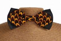 Noeuds papillon en wax & satin - Wax Prints Bowties / Les noeuds papillon Wax & satin sont des noeuds papillon confectionnés artisanalement. Il sont ajustables au cou et il ont un fermoir en acier noir.  Ces noeuds papillon en véritable tissus wax aux motifs batiks, tribaux ou abstraits sont idéaux pour les cérémonies de mariage, les galas ou les fêtes estivales.