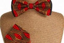 Noeuds papillon Wax et mouchoirs de poche en Wax - Wax Prints bow ties with pocket-handkerchief / Ces ensembles wax pour hommes confectionnés artisanalement comprennent: -un noeud papillon en wax et satin ajustable au cou. -un mouchoir de poche wax.  Ces noeuds papillon et leurs mouchoir de poche en véritable tissu wax aux motifs batiks, tribaux ou abstraits sont idéaux pour des cérémonies de mariage, des galas ou des fêtes estivales.