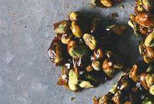 Pıstacʜıo ⓥ / Recettes Végétales à base de PISTACHE ~ La pistache est riche en nutriments. Elle offre plus de 30 vitamines, minéraux et phyto-nutriments différents. Elle est par ailleurs l'une des noix les plus pauvres en calories (3 à 4 calories par noix) et en lipide, et l'une des plus riches en fibres. Elle est source de potassium, de cuivre, de magnésium et de fer. Elle est riche en antioxydants. ~ {sucré & salé}