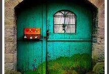Façade / J'ai découvert assez récemment que j'avais une attirance toute particulière pour les jolies façades de maison, habitation, bâtiment & immeuble en tout genre et tout particulièrement les portes, les fenêtres & autres portails et vitraux. Aller savoir pourquoi...? On trouve de la beauté partout après tout. :) Avis aux amateurs !