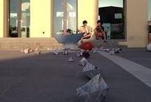 GM del Rifugiato 2013 / Arezzo, 20/06/2013 - Nella Giornata Mondiale del Rifugiato, le statue aretine non hanno potuto continuare a tacere e sono scese in piazza per manifestare il proprio sostegno a chi vive costretto lontano dalla propria terra e per informare i cittadini con dati e cifre sulla condizione dei rifugiati e dei richiedenti asilo.   Ai moniti delle statue, si è aggiunto in serata il grido silenzioso lanciato dall'InformaGiovani, che ha ospitato un'installazione sul tema.
