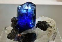 Tansanit / Eine Auswahl der schönsten und größten Tansanitkristalle und Tansanitstufen.