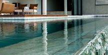 Pedra Hijau Palimanan / Pedra ornamental, com variações de verde em sua coloração, ideal para piscinas, espelho d'água e áreas molhadas em geral. O revestimento molhado realça os tons de verde deixando ele ainda mais bonito e sofisticado.  Informações: 10x10 / 10x20 / 20x20 (e-1,0) cm | 20X40 (e-1,4) cm