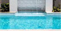 Pedra Água Marinha Palimanan / A Pedra Água Marinha é ideal para revestir piscinas, espelhos d água e áreas molhadas. O diferencial desse revestimento está na cor do produto que seco é quase branco e quando molhado se torna azulado, quanto maior a profundidade e a incidência de luz, mais azul fica. Oferece sofisticação e beleza inigualável ao espaço. Informações: 10x10 / 20x20 (e-1,5) cm
