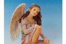 Angel Whispers / 天使は神が光から創造したと言われ、神と人間の中間の存在とされています。Angel Whispers(天使のささやき)は、自由で普遍的な美しさを持った天使たちのシリーズです。