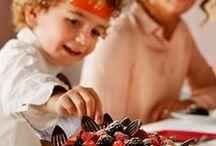 Kerstinspiratie / Dit jaar vieren we kerst lekker ontspannen thuis, met de hele familie bij elkaar. Ieder familielid ontfermt zich over één menugang en doet zijn best om er écht iets lekkers van te maken. En dan is het tijd om te genieten: de hele familie verzamelt zich rond de tafel en laat zich verrassen door elkaars gerechten. Zo maak je samen een feest van het kerstdiner!
