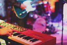 Koncert: Tymon Tymański z zespołem The Transistors / w Winnicy de Sas miało miejsce kolejne wielkie, artystyczne wydarzenie. Naszym gościem był wybitny artysta Tymon Tymański wraz z zespołem The Transistors. Zespół dał świetny koncert. Zagrał w składzie: Tymon Tymański – głos, gitara; Marcin Gałązka – gitara, głos Arkadiusz Kraśniewski – bas,głos; Michał Ciesielski – saksofon; Dawid Lipka – trąbka; Roman Ślefarski – perkusja, głos; Szymon Burnos – keys.