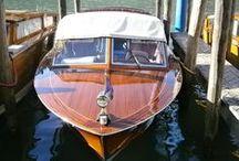 Canots en bois Riva et autres / Symbole de luxe et de raffinement, également inspirés des bateaux de course en bois tel que le légendaire Ferrari Arno XI, dans le lignée des Frères Maserati, Henri Royce, Enzo Ferrari ou Ettore Bugatti...