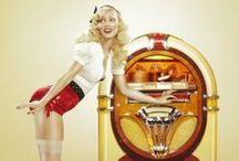 Jukeboxe - Juke-box - Automate à musique / Un juke-box est un appareil public capable de jouer automatiquement de la musique enregistrée, traditionnellement sur des disques. Il s'agit généralement d'une machine payante, où l'on sélectionne le morceau à jouer avec un système de touches (alphabétiques et numériques) après avoir inséré une pièce de monnaie - Avant l'invention du phonographe, on trouvait déjà des boîtes à musique ou des pianos automatiques (Pianola), équipés de monnayeurs, dans les fêtes foraines ou d'autres lieux publics