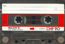 Cassette Audio - Bande Audio / Cassette audio - Tape audio - La cassette audio ou minicassette ou encore musicassette (désignation officielle  : Compact Cassette), couramment abrégé, en français, par l'allographe K7, est un médium introduit en 1963 par Philips après plusieurs années de recherche et de développement. Elle contient deux bobines où est enroulée une bande magnétique.