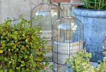 Innenhofdeko im Juni / Innenhofdekoration, Alliumblüte, Gartendekoration, Shabbylook im Garten, alte Fenster zur Deko