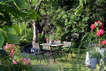 Romatisch / Gartendekoration, Rosa Rosen, Landhausgarten, Sitzecke im Garten