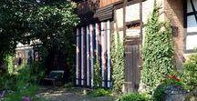 übern Gartenzaun zu Inge und Bernd I. Teil / Zu Besuch in einem alten Fachwerkhof mit uriger Scheune, Sandsteinportal und ganz viel Grün.