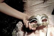 Carnevale di Venezia / El carnaval de Venecia surge a partir de la tradición del periodo 1480-1700, donde la nobleza se disfrazaba para salir a mezclarse con el pueblo. Desde entonces las máscaras son el elemento más importante del carnaval.