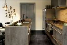 Houten keukens / Inspiratie voor houten keukens en houtlook keukens. De materialen en de afwerking van de keukens maken het tegenwoordig namelijk mogelijk met kunststof een houtlook te creëren die haast niet van echt hout te onderscheiden is. Compleet met de houtstructuur. Voordeel is dat deze keukens zeer betaalbaar zijn!