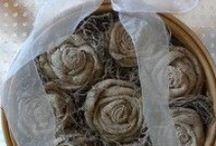 Stoffrosen / Selbst gewickelte Rosen aus Stoff, Jute, Sackleinen