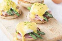 Pasen eten / Waar denk jij aan bij Pasen? Ik aan een lekkere brunch of ontbijt met lekkere hapjes (vaak van eieren). Dit bord met het thema Pasen wordt daarom helemaal gevuld met lekkere recepten in het Paas thema. Dus of jij nou een paasontbijt,  paasbrunch of een dagje taart wil bakken. Op dit bord vind je al het eten wat je zoekt!