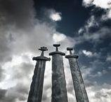 Norveç – Kayadaki Kılıçlar Anıtı / Kayadaki Kılıçlar; orijinal dili ile Sverd i Fjell. Norveç'te yer alan en güzel eserlerden biri; kayaya saplanmış üç adet kılıçtan oluşan ve esasında 'barışı' simgeleyen 'Kayadaki Kılıçlar Anıtı'. (Deniz Humması - http://wp.me/p7eZYA-de)