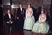 御皇室 : 御真影 / 萬世一系三千年近くもの歴史を誇る唯一無二の御皇室=日本国=大御宝。「全ての人から同じ距離」「全ての人と同じ高さの目線」これ程の平等は無い。いくらでも代わりの効く誰がなっても構わない「権力者の王様」なんかとは全然違う「全ての日本人を繋いでくれる唯一無二の天皇と御皇室」。彼等は「偉い人」なんかじゃありません。「全ての日本人を繋いでくれる唯一の点」=「最も大切な人達」です。昭和天皇は我と我が身を投げ出し, 全身全霊を懸けて大御宝(国民)を守り抜いた。この大切なエピソードさえ『WGIP』により隠されてしまい, 我々には伝えられていません。GHQは当初, もっと沢山の日本人を飢え死にさせる予定だったが, 死に物狂いで国民を守ろうとする昭和天皇のお人柄に感銘を受けたマッカーサーは, それに逆らい, 沢山の食料を回してくれたので, そうはならなかった…大御宝(国民)が天皇の為に一方的に犠牲になったというのは『WGIP』による情報操作だ。私達は戦後,『WGIP』により歪められた「嘘歴史」「偽歴史」を教えられて来たのです。天皇はいつだって全身全霊で命懸けで大御宝(国民)を守ろうとして下さっている。「大御宝(国民)は天皇の為に。天皇は大御宝(国民)の為に。」一方的な犠牲なんて無い。※大御宝(おおみたから)=日本国民の事(天皇にとっての宝物=日本国民)。/「さま」で二文字使うなら「陛下」「殿下」を使いましょう!天皇皇后両陛下以外の御皇族の方々は全て「殿下」です。マスゴミは全部「さま」にすり替えています。