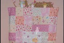 Artigos em tecido para quartinho de bebé / Colchas em patchwork, protectores de grades de berço, almofadas, porta-tudo, forras para trocador, almofadas de amamentação, toalhas de banho, fraldas, babetes,...  Dúvidas e questões: gatapretaartesanato@sapo.pt Site: http://gatapreta-artesanato.blogs.sapo.pt/