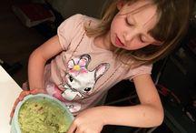 Børn i køkkenet   Kids in the kitchen / Gode oplevelser med børn i køkkenet! Få ideer og opskrifter på bloggen: www.doodlemor.dk