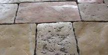 Antike Natursteine / Moderner holländischer oder britischer Landhaus-Look bezaubert, Industrie-Look fasziniert - durch Gegensätze.   Der Boden spielt dabei eine entscheidende Rolle - was kann dabei mehr gestalten, als ein Naturstein mit einer Millionenjahre alten Geschichte? Finden Sie bei uns IHREN Stein - z.B. Belgisch Blaustein, handbearbeitete Kalksteine des 21. Jahrhunderts, oder auch antike, gebrauchte Steine aus dem 19. und 20. Jahrhundert. Wir beziehen diese Steine aus aller Welt.