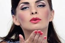 get the look Mineralna Pin-up Girl / Pin-up to popularny trend w makijażu. Charakteryzuje się wyrazistymi ustami,  najczęściej w zdecydowanych odcieniach czerwieni lub różu oraz mocno podkreślonymi oczami, gdzie główną rolę grają kreski oraz sztuczne rzęsy. Prezentujemy Wam mineralną wersję pin-up, wykonaną kosmetykami Lily Lolo.