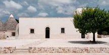 Mediterranean Architecture Mood / Architettura mediterranea: Volumi scavati, dove le ombre contrastano con le tinte chiare della pietra e degli scialbi di calce.  #architettura #mediterraneo #pietra #domestico