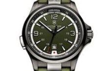Night Vicion Victorinox Swiss Army / Night Vision integrujú exkluzívne dizajnové prvky a skvelé vlastnosti. Majú nízka spotrebu LED svetelných funkcií: podsvietenie ciferníku, baterka, signálne svetlo, lokalizačné svetlo. Začlenením moderných svetelných funkcií do klasických švajčiarskych hodiniek, robí hodinky Night Vision multifunkčnými a jedinečný nástrojmi extrémnej využiteľnosti.