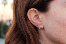All About: Piercings / . Ilustraciones de los tipos de perforaciones en la oreja y diferentes combinaciones de aretes.