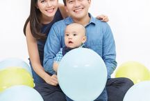 family photo with baby / photo with baby and baloons, family photo, baby photo, baby and baloon photo, family photo concept, family photo studio, baby first year photo
