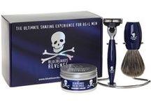 Bluebeards Revenge / The Bluebeards Revenge to piracka flota z Wysp Brytyjskich, atakująca tylko prawdziwych mężczyzn. W jej arsenale znajdziemy kosmetyki i akcesoria do golenia, który nie powstydziłby się sam Czarnobrody. Bluebeards Revenge posiadają w swojej flocie wiele fantastycznych produktów do golenia, a ich flagowym okrętem jest oryginalna brzytwa na żyletki.