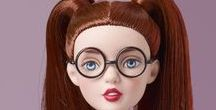 """TONNER - AGATHA PRIMROSE / Robert Tonner a fait la une des plus grands magazines de mode grâce à son incroyable talent de styliste et à ses créations. Fasciné par l'univers des poupées, il crée en 1991 la """"Tonner Doll Company"""". En moins de 20 ans, Robert Tonner est devenu une référence auprès des collectionneurs de poupées les plus exigeants du monde entier."""